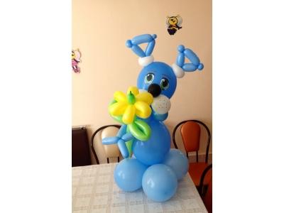 Голубой щенок с ромашкой